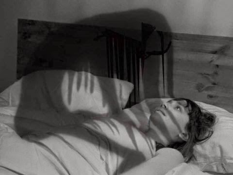 10 paralisia do sono - 10 - Você Já Se Acordou No Meio Da Noite e Não Conseguiu Se Mover? Ou Viu Algo Inexplicável? Entenda a paralisia do sono
