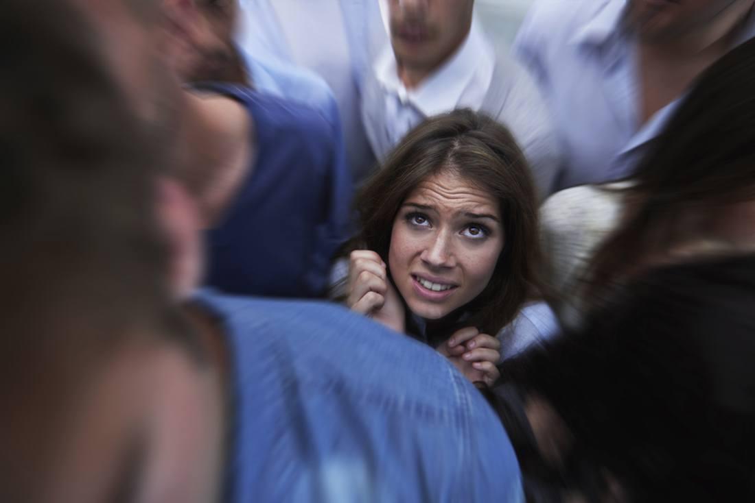 Shot of a fearful young woman feeling trapped by the crowd ataque de pânico pânico - ataque do p  nico - Como lidar com um ataque de pânico